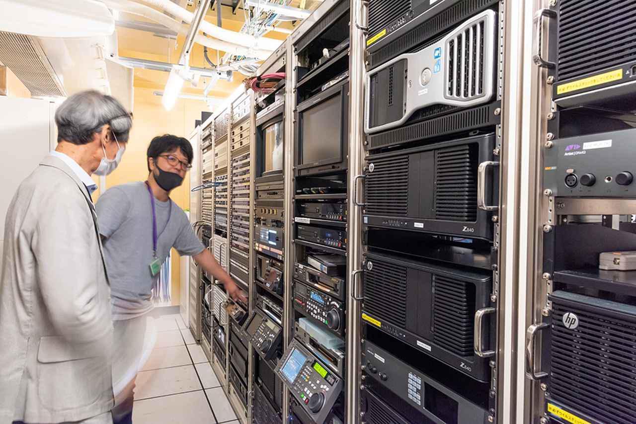 画像: ポスプロ棟のマシンルームも見せていただいた。撮影した映像や音の素材は基本的にこのサーバーに保存され、ここからネットワークを通じて各編集室に送られる。なお角川大映スタジオは4K/HDRに対応したオンライン編集室も備えている
