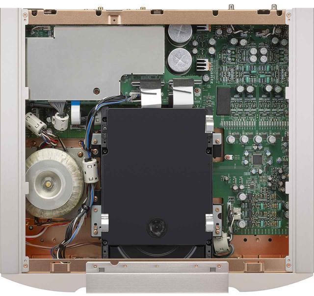 画像: ディスクリート構成のD/Aコンバーター回路は上位機SA10の構成を踏襲。金属被膜抵抗の変更による音質チューニングがOSE化で新たに施された。ドライブメカニズムは最新世代の自社開発品を搭載。左下には大型のトロイダル型電源トランスが見て取れる。