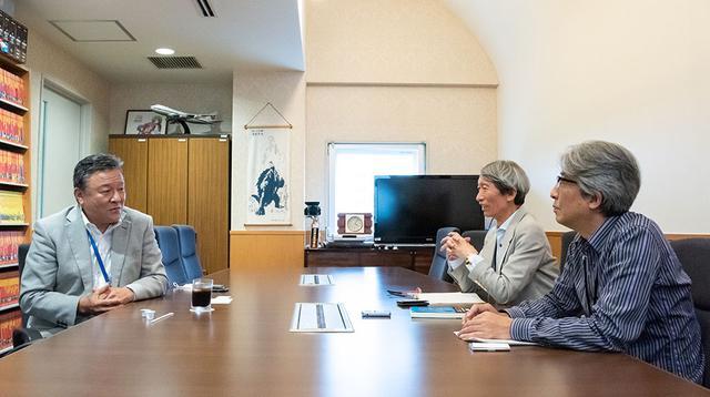 画像: インタビューは、角川大映スタジオの会議室をお借りして行っている。写真左が小畑社長で、現場好きの潮さんと酒井さんからの、細かい質問にもていねいに答えてくれた