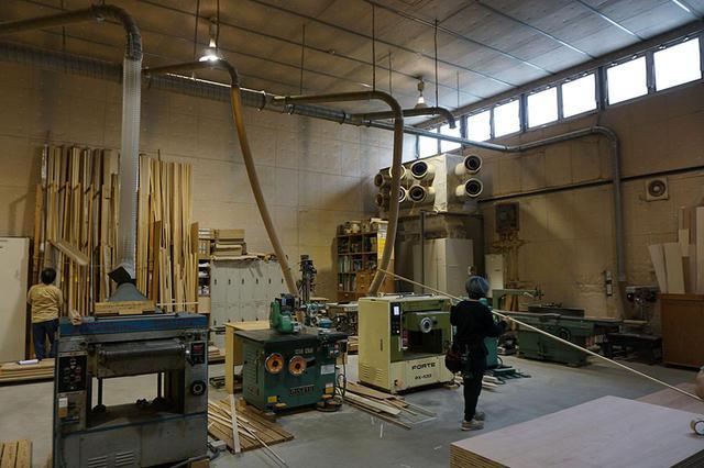 """画像: 大道具などを製作する美術作業場。ここで働いているスタッフもすべて角川大映スタジオの社員とのこと。こういった""""作業場""""はどうしても煩雑になりがちだが、資材から工具、廃材に至るまできれいに整理されており、さながらアトリエのようだった"""