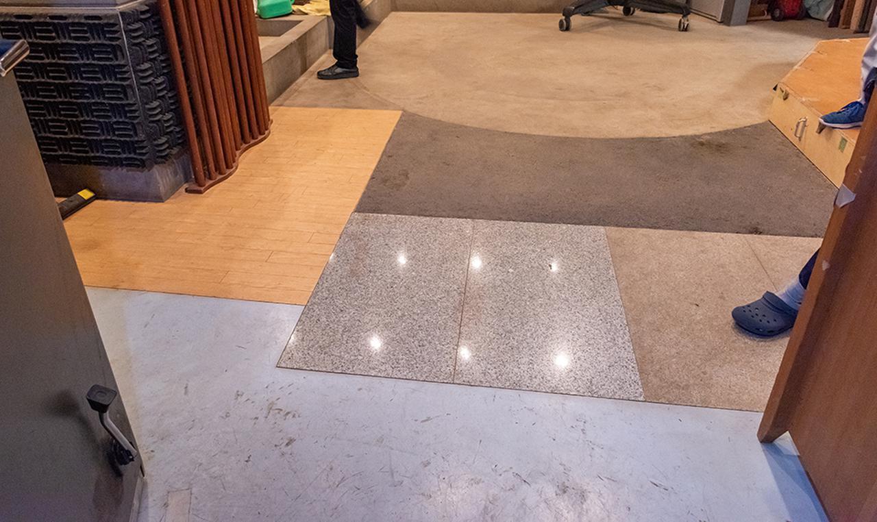 画像: フォーリーステージの入り口の様子。あらかじめ、コンクリートやアスファルトといった素材の違う床になるよう施工している。その他にも、フローリング、ドアや障子など、生活音を再現するために様々なアイテムが並んでいた