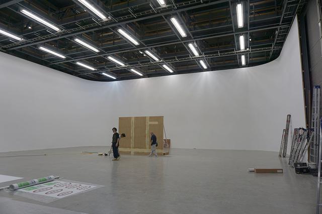 画像: 建物4階にあるステージDの全景。床面がPタイルという点を除けば他となんら変わりはない(ステージA/Bはコンクリート仕上げ)。遮音もしっかりしており、隣のステージCや下のステージBと一緒に撮影していても問題ないのだとか