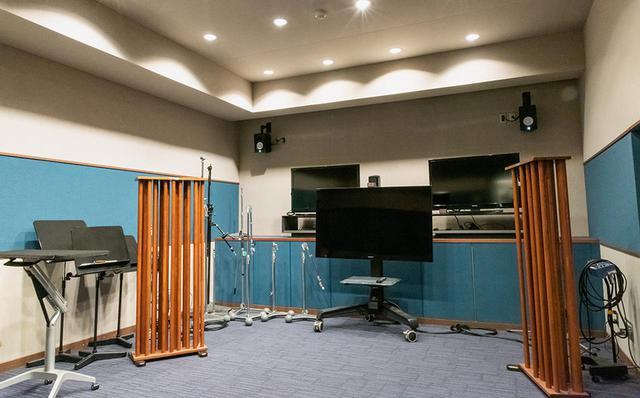 画像: MAルームの隣には、映画やドラマのアフレコ、ナレーション収録などもできるブースも準備されている。映画の撮影の合間に、ここで宣伝用のナレーションを収録することもある