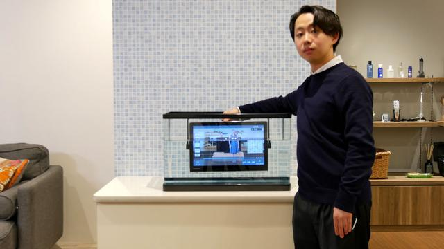 画像: 「プライベート・ビエラ」のテレビ部分は防水仕様なので、水につけても大丈夫、というデモ