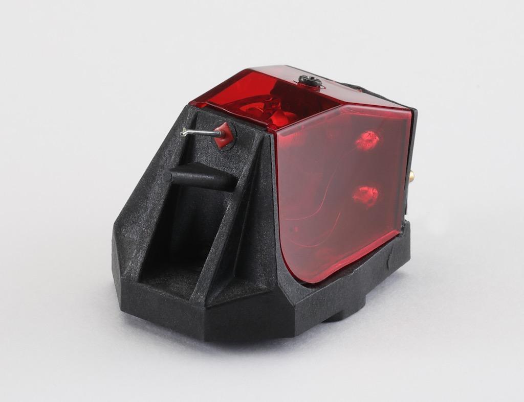 画像: カートリッジ/レガ Ania Pro。1973年以来の歴史を持つ英国ブランド。ガラス繊維・強化樹脂ボディのMC型Planar10では音像が迫り出し、豊かな響きで抜群の好相性