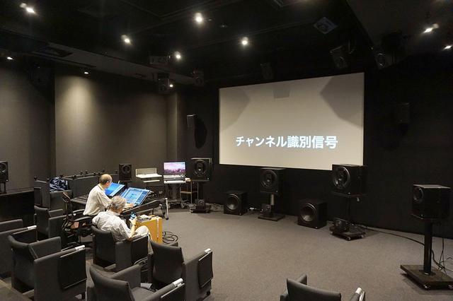 画像: 入交さんが収録した3Dサラウンドの音源を試聴させてもらった。それらの音源収録時にも、マイクが最適な位置になるようにオリジナルのツリーを準備したとか