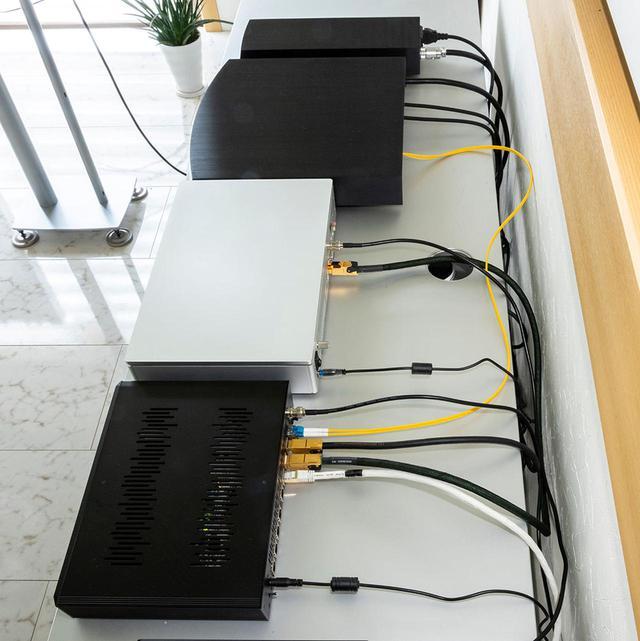 画像: 今回は土方さんのオーディオルームにRoonサーバーとして「sMS-1000SQ Eunhasu」を追加し、音楽再生がどれくらい高音質かつ快適に楽しめるかを検証していただいた。「sMS-1000SQ Eunhasu」と「X1」はSOtMの光ネットワークスイッチ「sNH-10G」につないでいる。アンプはすべてリン「KLIMAX」シリーズで、スピーカーはディナウディオ「Special Forty」という構成だ