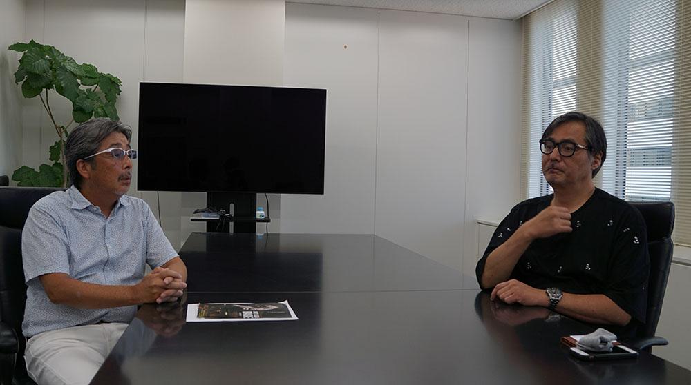 画像: インタビューは、日比谷にある『日本映画放送(株)』の会議室で実施した。おふたりとも距離を保ち、さらに写真撮影時以外はマスクを着用するなど、感染症対策に充分配慮しながら行っている