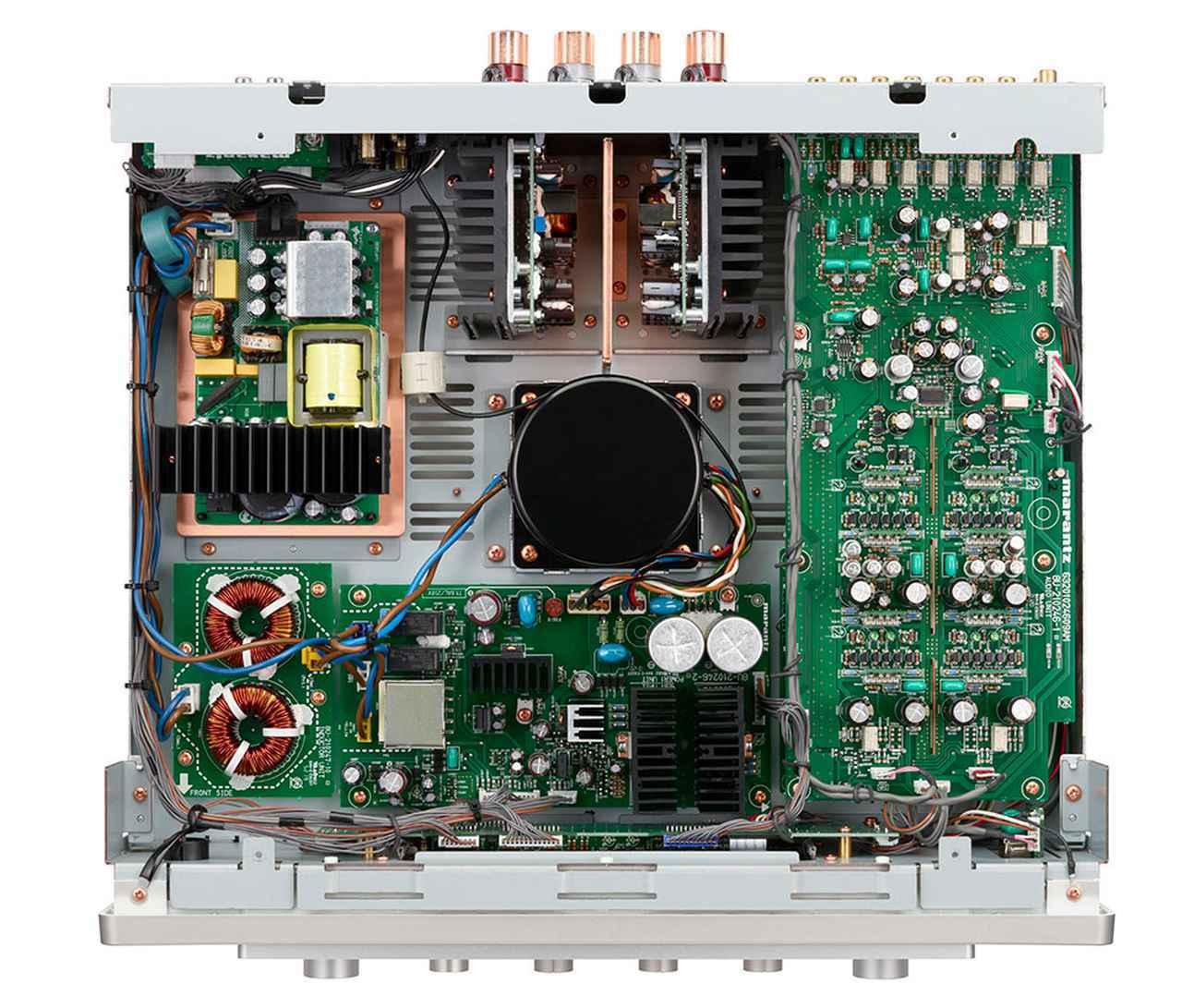 画像: 中央がプリアンプ用の大型トランスで、その上側がパワーアンプブロック。Hypex社製「NC500」を出力基板に直接取り付けている