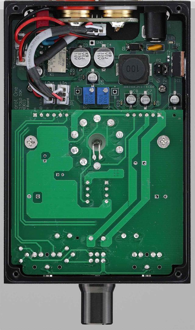 画像: ↑底板を外した内部。ヘッドフォンアンプ部、プリ部、パワーアンプ部の3アンプ構成。