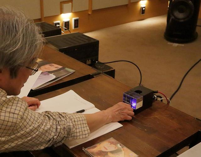 画像: ↑本機のボリュウムを操作する吉田氏。