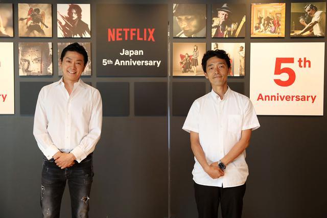 画像: 会見に登壇したNetflix坂本和隆氏(左)と、『今際の国のアリス』の佐藤信介監督