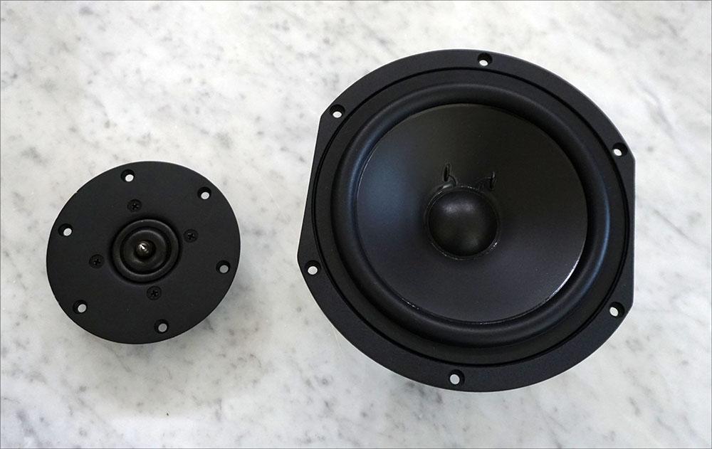 画像: 「KX-1.5」で使われたユニット。右が新開発の170mmウーファーで、左のトゥイーターは「KX-1」や「KX-0.5」と同じものが使われている