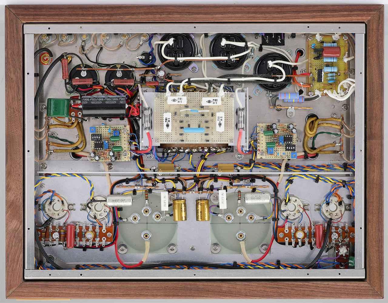 画像: 底板を外した内部。一部に基板を用いるが基本は手配線による製作。アース線に銅パイプを使用し、パーツ面では箔巻きコンデンサーやWEST-CAPのオイルコンデンサーなどを採用。