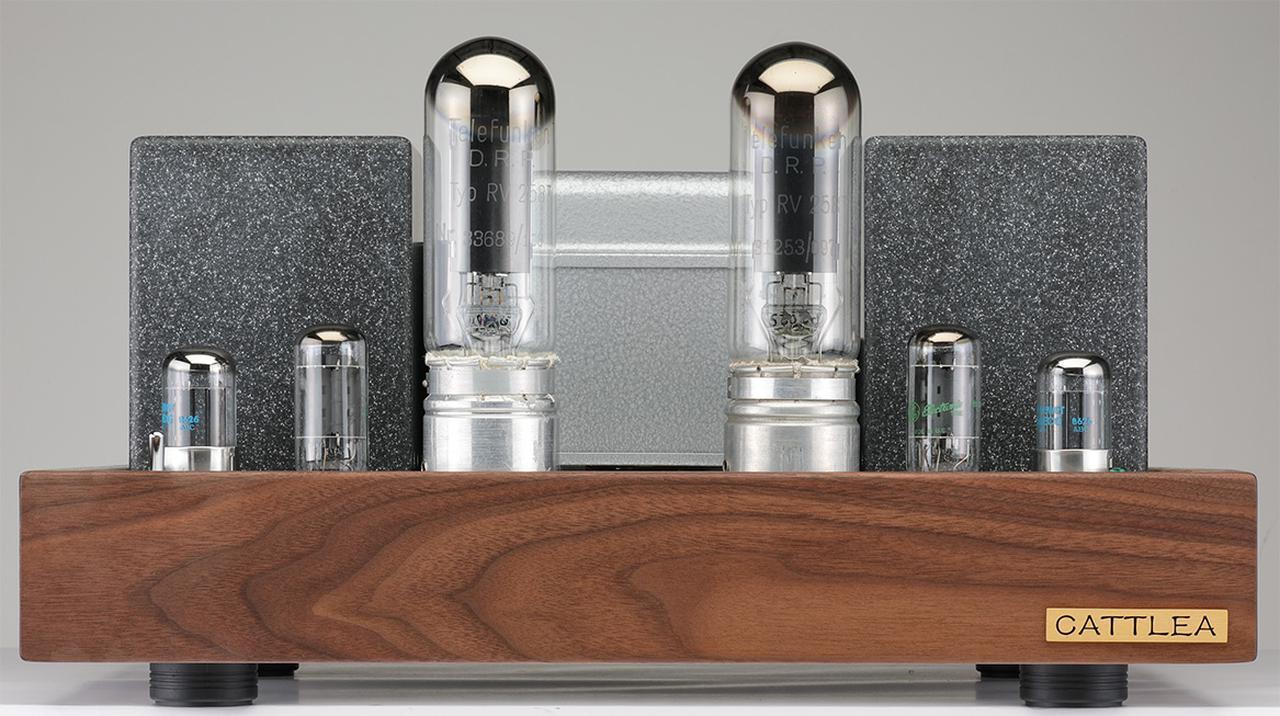 画像: フロントビュー。真空管は中央に出力管のテレフンケンRV258、その外側にドライバー管6BL7(GE)、前段管6J5(フィリップスECG)が並ぶ。カトレア独特のシャーシ木部は、ブラックウォールナット材をチークオイルで仕上げている。