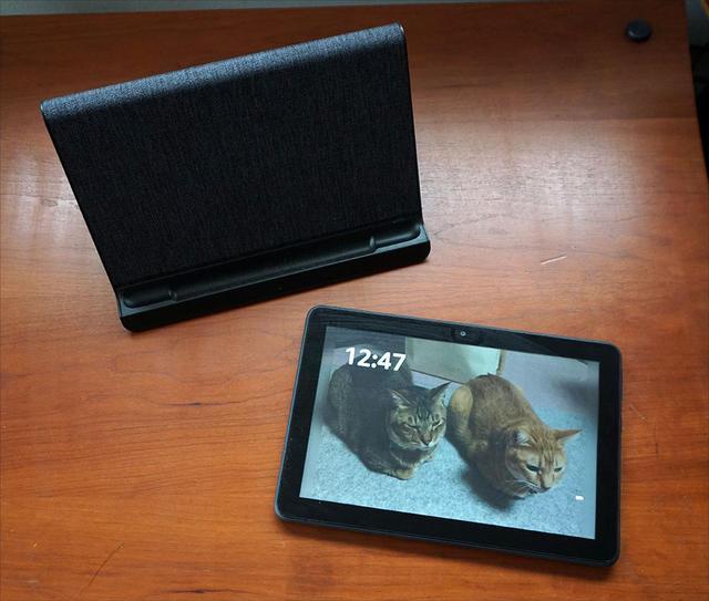 画像: Fire HD 8 PLUSと別売のワイヤレス充電スタンド