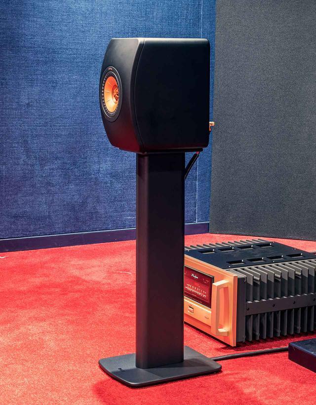 画像: LS50 Meta、LS50 Wireless II用の新型スタンド「S2 Floor Stand」(¥52,000、ペア、税別)も発売される。仕上げはカーボン・ブラック、チタニウム・グレイ、ミネラル・ホワイトの3色と、スペシャルエディションとしてロイヤル・ブルー(LS50 Meta)とクリムゾン・レッド(LS50 Wireless II)を準備する