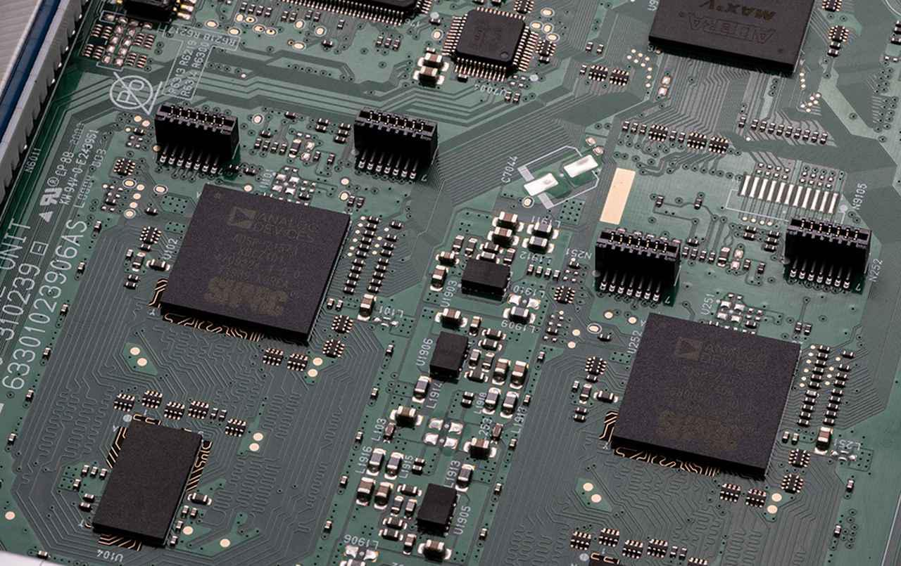 画像: サラウンド信号のデコードや音場補正などの処理は、ふたつのSHARCチップで行っている