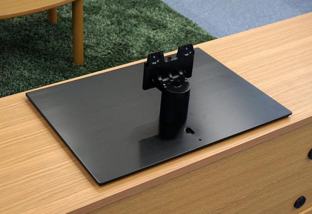 画像: 好評の「転倒防止スタンド」。支柱の後ろにあるスイッチで吸着のオン/オフができる仕組みだ
