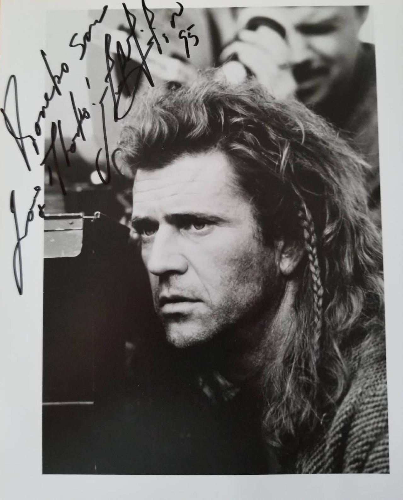 """画像: 『ブレイブハート』来日時、筆者の金子さんがメルに書いてもらったというサイン。""""ウィリアム・ウォレス仕様""""の写真は見目麗しい"""