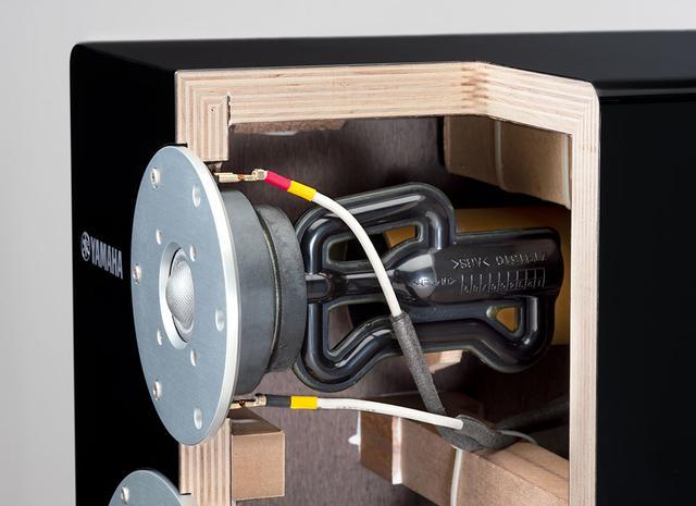 画像: キャビネットの板厚は6面ともすべて20mmを選んでいる。もっともきれいな箱の響きを検証していった結果、この厚さが最適だったのだとか。写真右、R.S.チャンバーの上にアコースティックアブソーバーが取り付けられている