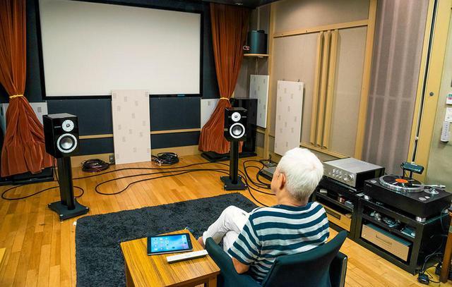 画像: 音の試聴はリモートインタビューとは別の日程で、ヤマハの試聴室で行った。SACDからアナログレコード、ハイレゾ音源まで、様々なソースをじっくり聴いてもらっている