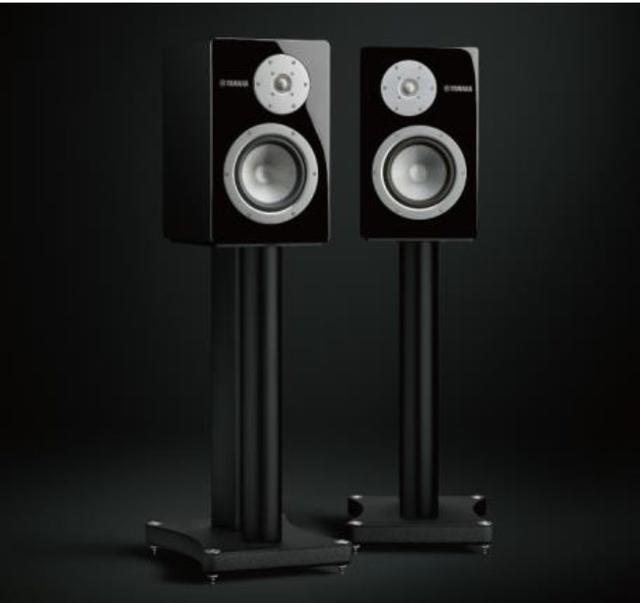 画像: 「NS-3000」を専用スタンドの「SPS-3000」に載せたところ。この状態で音決めが進められたとのことなので、お店などで音を聴く際にも可能であれば専用スタンドと組み合わせて下さい
