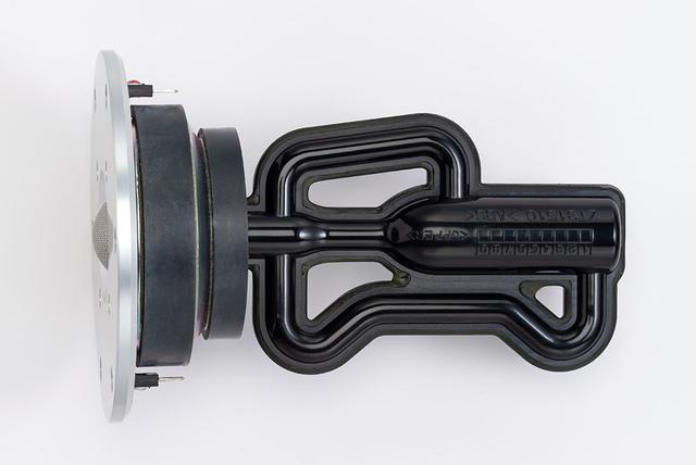 画像: トゥイーターユニットの後方に取り付けられているのが、R.S.チャンバーと呼ばれるパーツ。フラッグシップモデル「NS-5000」で初採用された技術で、特殊な形状の管がトゥイーター振動板の背後で発生する不要な共鳴を抑制し、自然な響きを再現してくれる