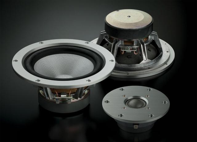 画像: 「NS-3000」に搭載されている30mmトゥイーター(右下)と160mmウーファー。どちらも振動板には東洋紡が開発した世界一の強度を備えた繊維素材の「ZYLON®」が使われている