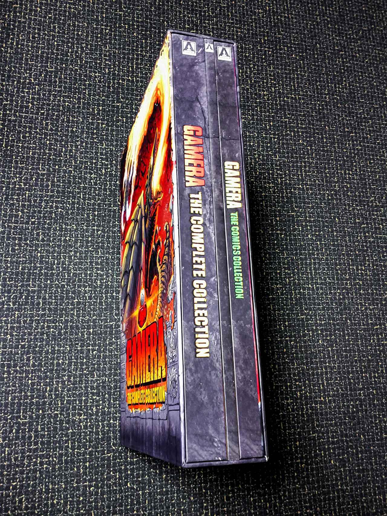 画像: SLIPBOXに収まるのは、ハードカバー仕様のDIGIBOOK(DISCは2枚ずつ収納/各作品のポストカードを所収)、80ページのガメラ・シリーズ解説ハードカバーブック、120ページのハードカバー・コミックブック。