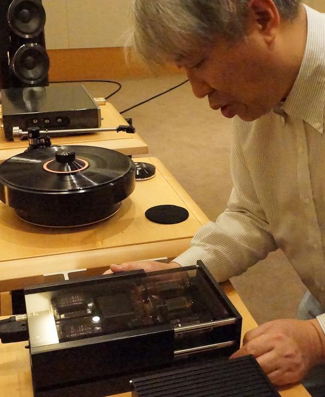 画像: 真空管式電源RöNt Ⅱの内部を確認する三浦氏。