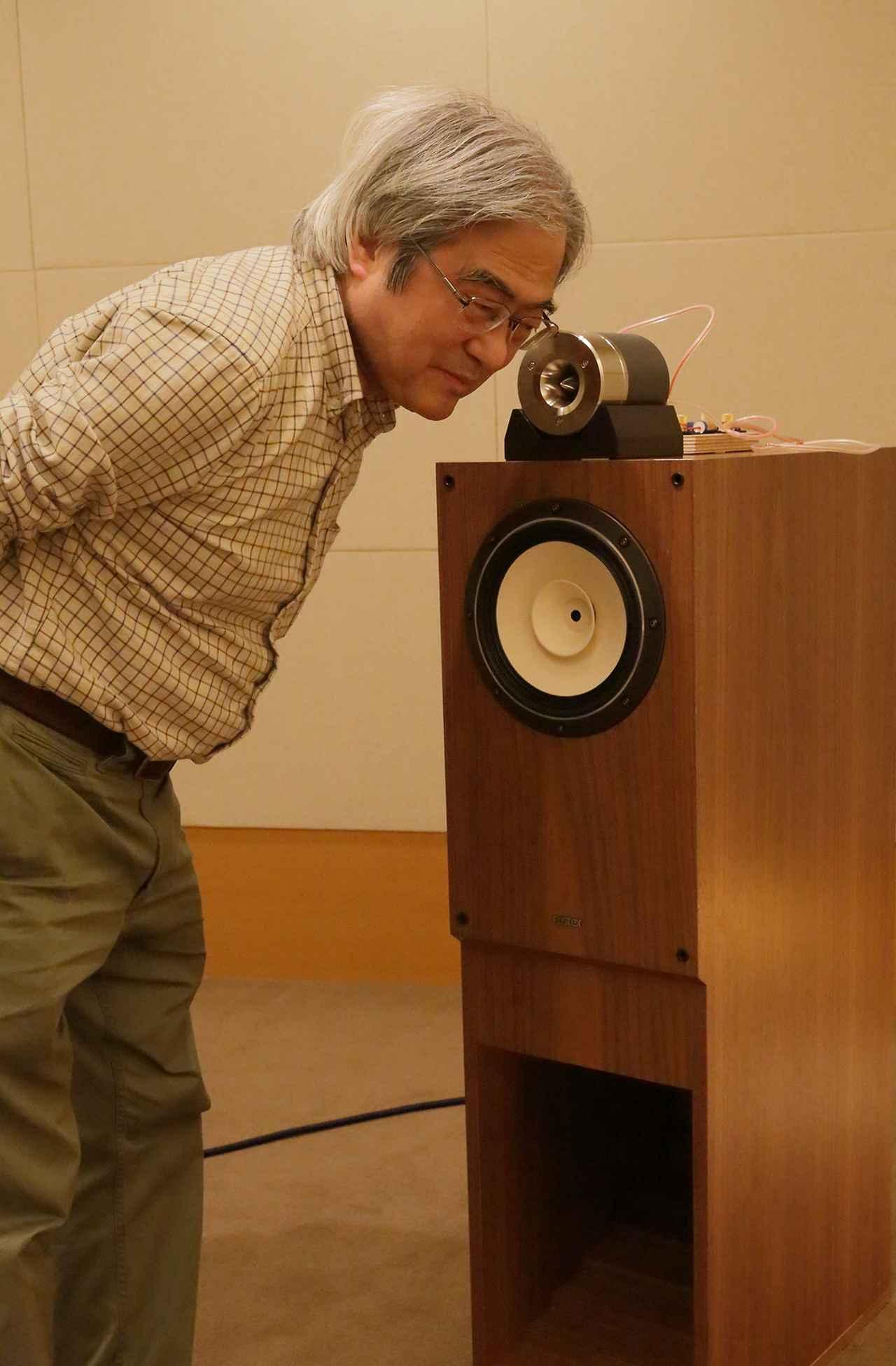 画像: コンデンサーのつなぎ替えでの音を確認する吉田氏。