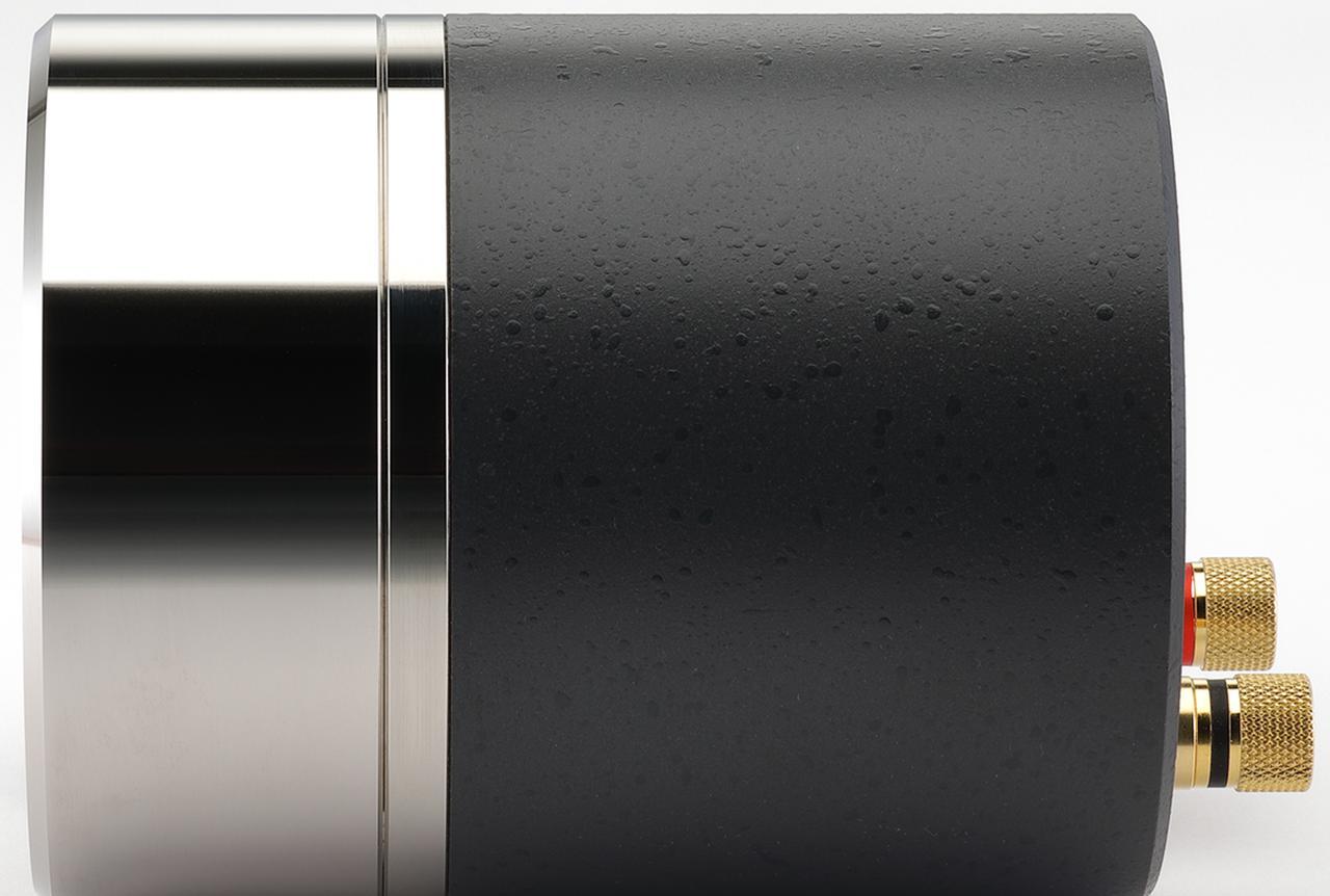 画像: T500A MkⅢを横から見る。プラチナメッキされたホーンに刻まれた円周ラインが振動板の位置。磁気回路はアルニコマグネットを2段に重ねた強力なもので、総重量は5kgを超える。
