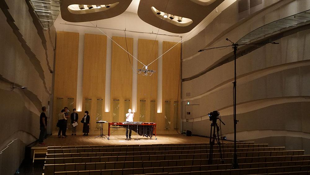 画像: 演奏会が行われたハクジュホール。縦長の空間で、天井が高いのが特徴だ。ステージ上と客席の中央に収録用マイクが設置されている