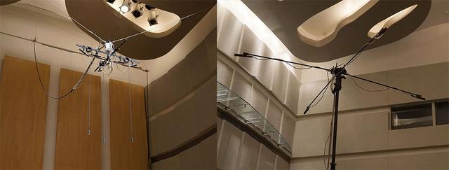 画像: 天井から吊り下げられたフロント側のマイク(左)と、客席側にセットされたアンビエント用マイク(右)