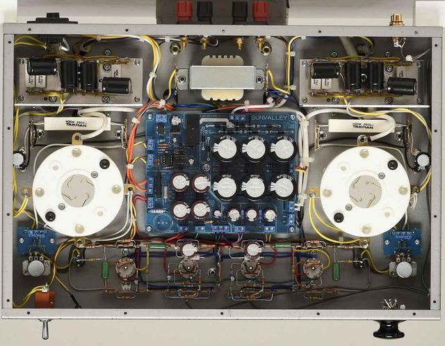 画像: 本機の底板を外した内部。内部配線は手配線を基本とするが、電源部には基板を用い効率化を図る。