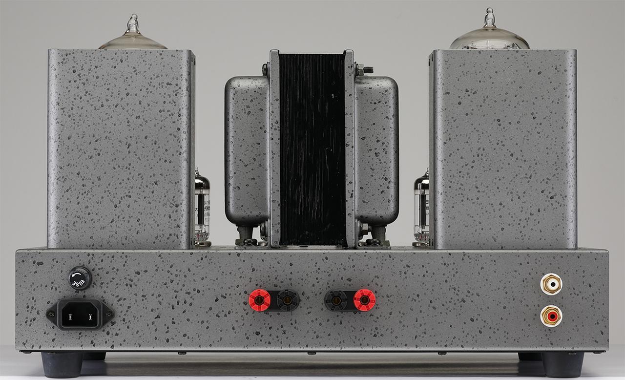 画像: リアビュー。上面中央に電源トランス、その両側に左右の出力トランスを配する。スピーカー出力は1系統で、オーダー時または製作時に4Ω、8Ω、16Ωから1系統を選択する。