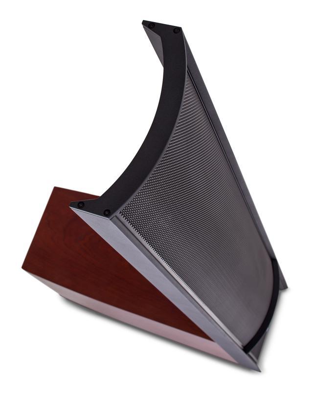 画像: CLS(CurvilinearLine Source)技術でつくられた静電パネルは、表面に小さな穴を開け、緩やかにカーブさせた金属パネル(ステーター)と超軽量ポリエステルフィルム(ダイヤフラム)で構成される。航空宇宙グレードのビレットと押出アルミニウム合金から製造されたAirFramesにパネルを固定することで剛性を高め、振動板表面積を最大化させた