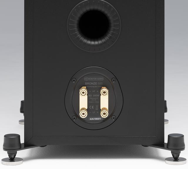 画像: ブロンズ50-6G、同100-6G、同200-6G、同500-6G、同C150-6Gはバイワイヤリング接続に対応する。バスレフポート内の溝は放射される空気の乱流を抑え、低域のレスポンスを高めるという