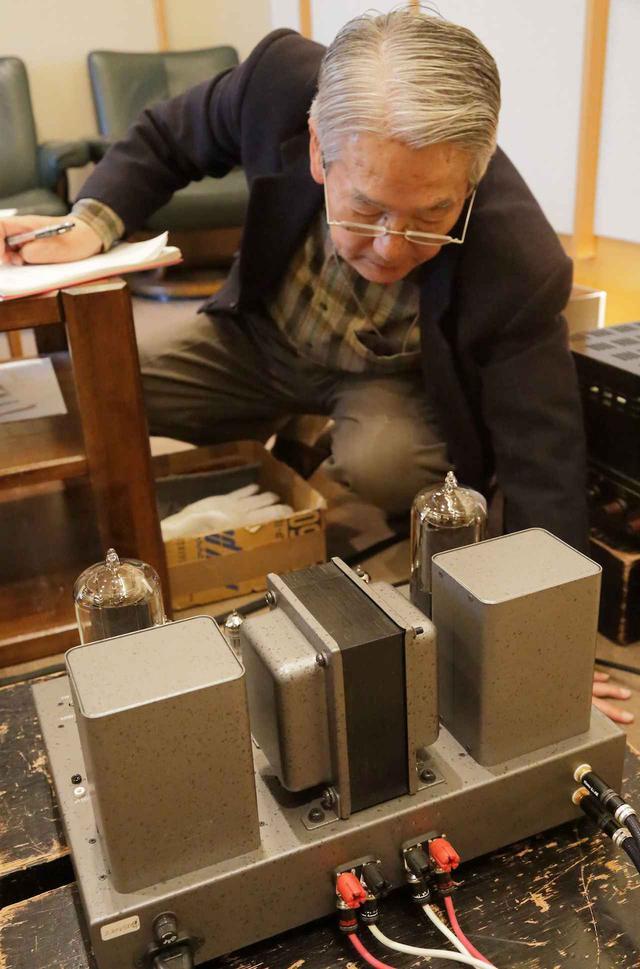 画像: エルログER845を搭載したSV-S1628Dを確認する高津氏。