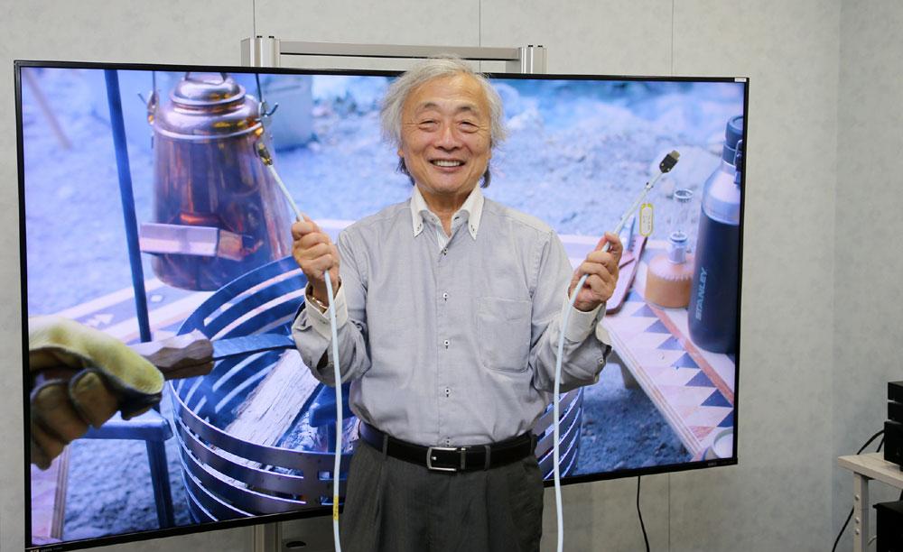 画像: アストロデザイン本社にて。「HD-8」が8K信号の伝送がきちんとできることを確認した麻倉さん。そのインプレッションは巻末のコラムでご確認下さい