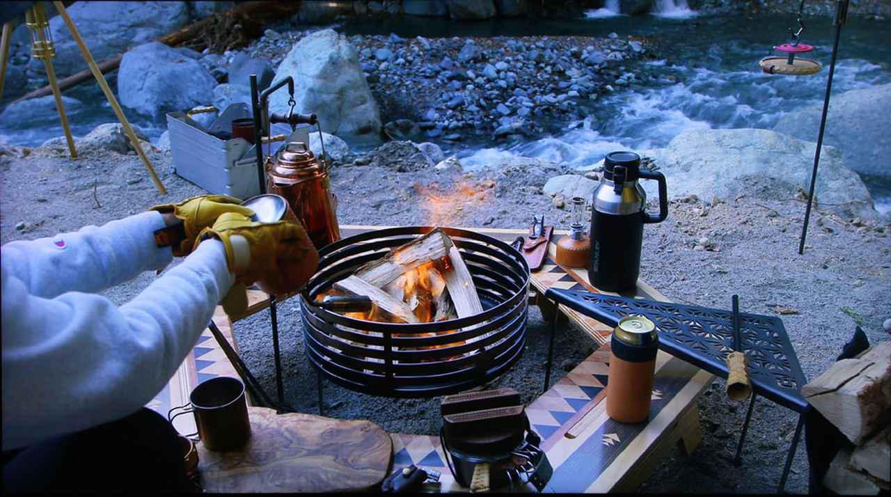 画像: アストロデザインのカメラで撮影したキャンプの映像(写真は5mのケーブルでつないだ時)。たき火の燃える様子や銅のケトル、奥を流れる小川の水面などディテイル情報が豊富に再現されていた