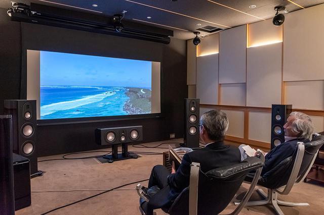 画像: 「HD-8」を使って4K UHDブルーレイの映像と音がどのように再現されるかもチェックしている。StereoSound ONLINE視聴室の常設機器を使って、その違いを確認した