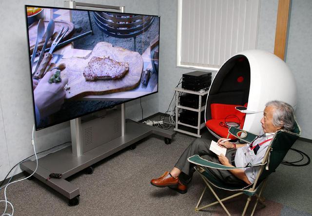 画像: アストロデザイン本社で、8K映像を確認する麻倉さん。実はこの日は某社の8K用HDMIケーブルの新製品を持ち込んでおり、鈴木社長インタビューの後にケーブルの動作確認も行っている