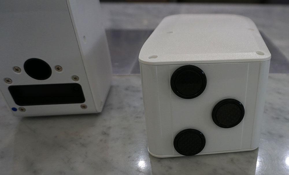 画像: 本体底面にはネオフェード・カーボンマトリックス製のインシュレーターを3基装備。建築用の強力テープ(厚さ0.1mm)でしっかり固定されている