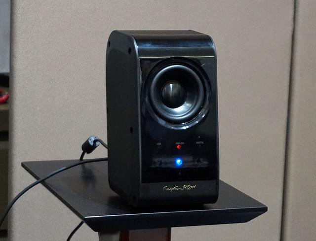 画像: Bluetooth再生機とペアリングできると、右スピーカーの中央に青いLEDが点灯する