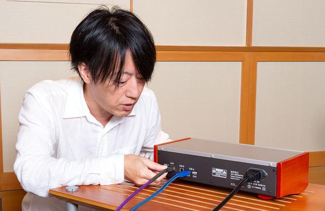 画像: NASとUSB DACの間に「RMP-UB1」を加えることで、Direttaを使った音源データの伝送が可能になる。今回は「RMP-UB1」あり/なしを適宜つなぎ替えて音の変化を確認している