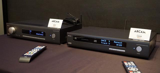 画像: プリメインアンプの「SA30](左)とSACD/CDプレーヤー「CDS50」(右)