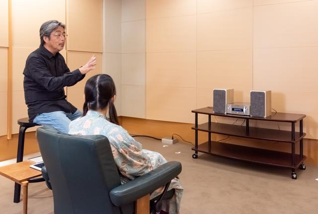 画像: 山本先生の解説に耳を傾ける小岩井さん。