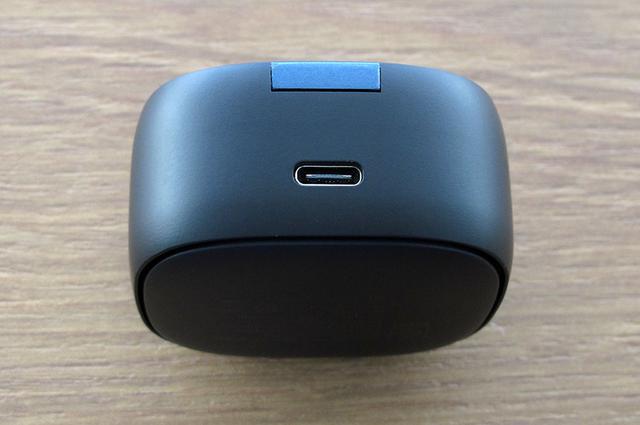 画像: 充電ケースはUSB Type-Cの他に、Qiによる無線充電方式にも対応する